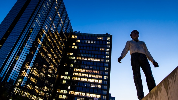 Nacht, blaue Stunde, Berlin, Axel Springer, Verlagshaus, Bürogebäude, Statue, Skulptur, Balanceakt, Stephan Balkenhol