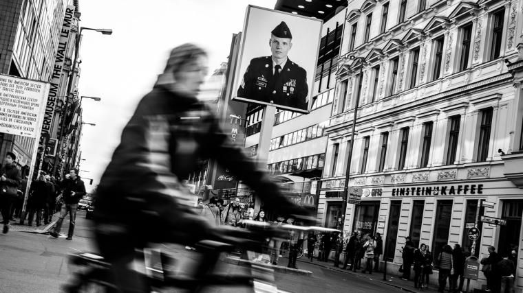 Checkpoint Charlie, Berlin, Streetfoto, Fahrrad