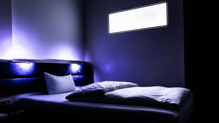 Hotelzimmer, blau, weiß, düster, Bett, Fenster, Licht