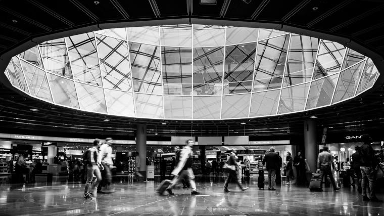 Flughafen, Frankfurt, Reisende, Bewegungsunschärfe, Streetfoto, schwarzweiß