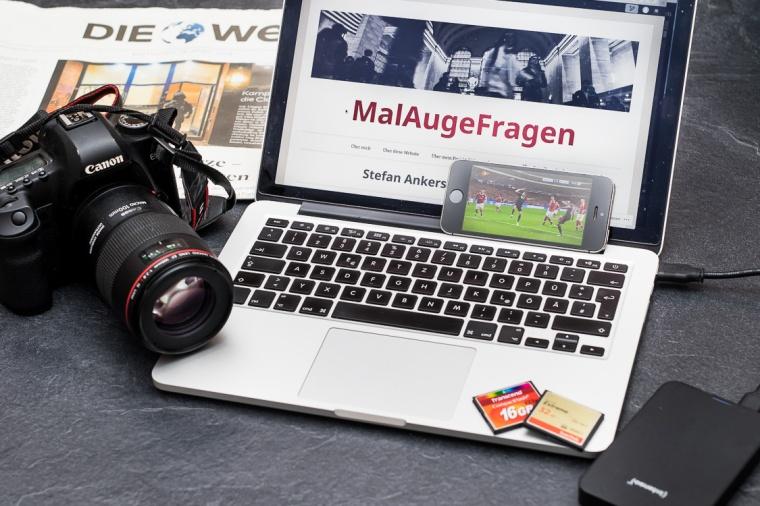 Arbeitsplatz, Fotograf, Schreibtisch, Kamera, MacBook, Notebook, Computer, Zeitung, Die Welt, Speicherkarte, Festplatte