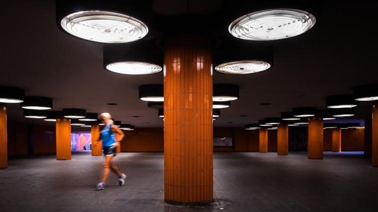 Joggerin, joggen, Säule, Beleuchtung, Unterführung, Tunnel, Berlin