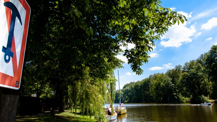 Segelboot, Wasser, Fluss, Dahme, Verkehrszeichen, Bäume, Wald, Motorboot, Sommer, Wasser