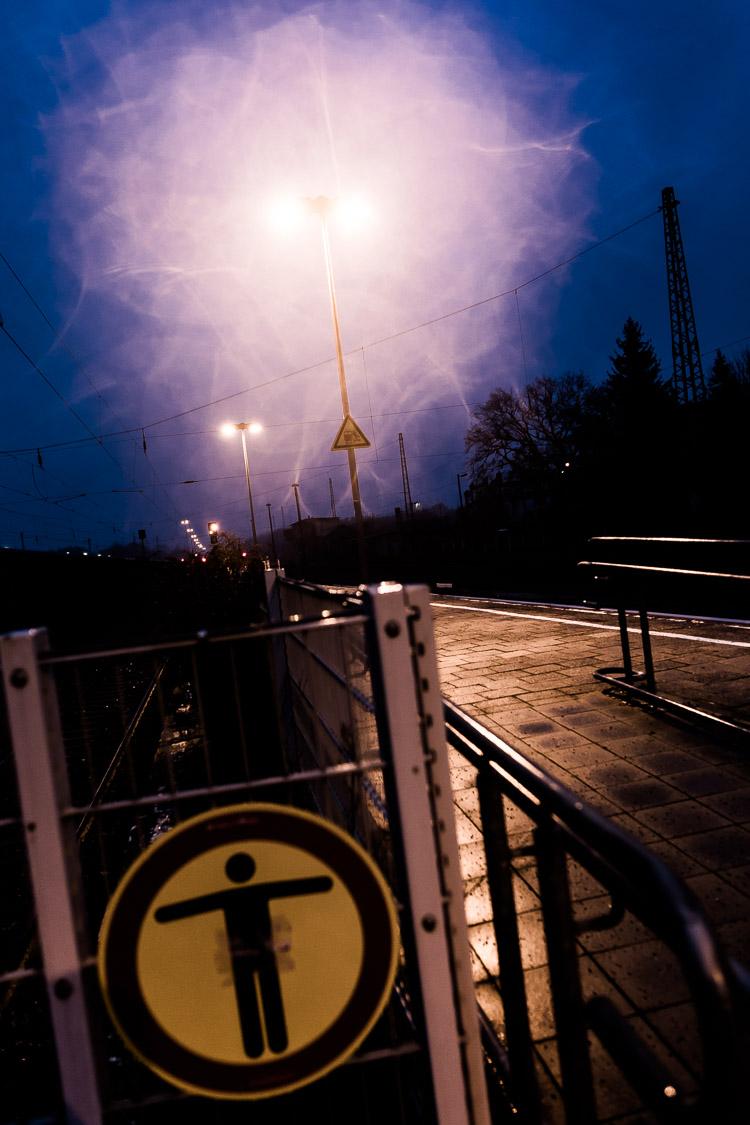 Bahnsteig, Bahnhof, Nacht, Nebel, Laterne