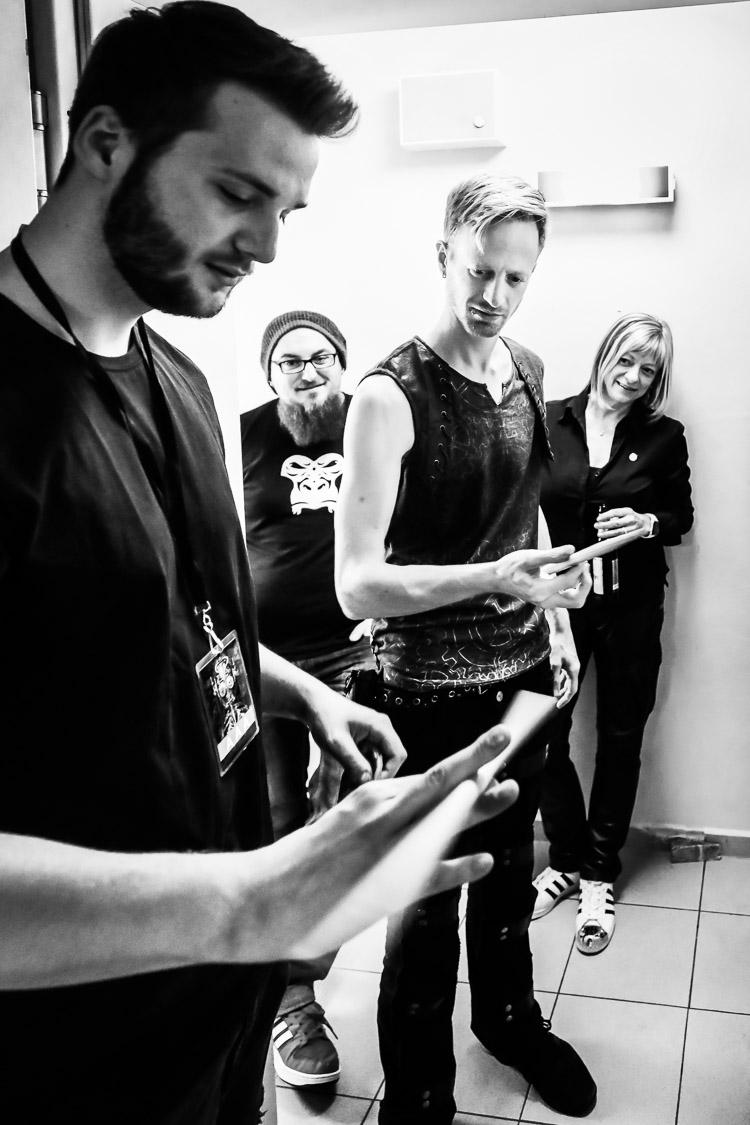 Simon Michael, Schlagzeuger von Subway to Sally, lernt kurz vorm Auftritt noch etwas vom Videofilmer (und Schlagzeuger) Tim Hebig, Gera, 8.4.2017, Neon-Tour, Abschlusskonzert