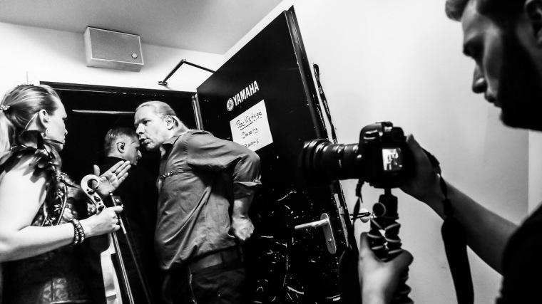 Die Subway-to-Sally-Musiker Ally Storch, Ingo Hampf und Bodenski kurz vorm Auftritt bei der Neon-Tour in Gera, beobachtet von Videofilmer Tim Hebig, 8.4.2017